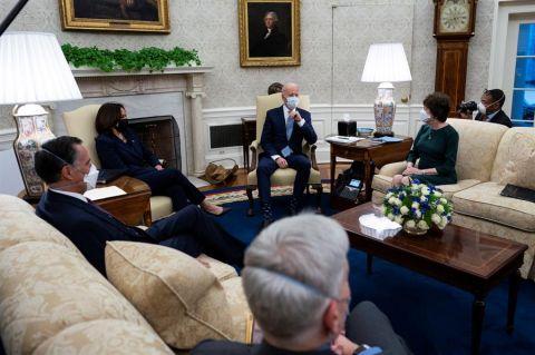 El presidente de Estados Unidos, Joe Biden (3d), y su vicepresidenta, Kamala Harris (2i), fueron registrados este lunes, durante una reunión con un grupo de senadores republicanos, en la oficina Oval de la Casa Blanca, en Washington DC (EE.UU.).