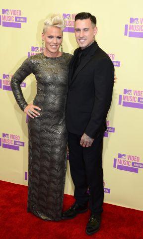 La cantante estadounidense Pink (i) y su esposo, el corredor de motos Carey Hart (d).