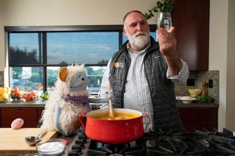 """Fotografía cedida por Netflix donde aparece el chef José Andrés hablando con Waffles (i) frente a Mochi (c), durante un episodio de """"Waffles + Mochi"""", la serie gastronómica de Netflix impulsada por la exprimera dama estadounidense."""