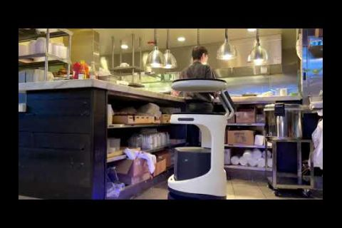 Embedded thumbnail for El robot que es capaz de llevar comida a sus comensales en EE.UU.