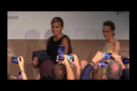 "Embedded thumbnail for Julia Ducournau recibe una valiente Palma de Oro en Cannes por ""Titane"""