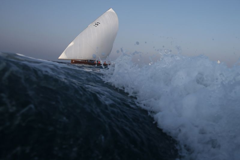 Una embarcación participante en la regata Al Gaffal Dhow Race, este viernes en Dubái.