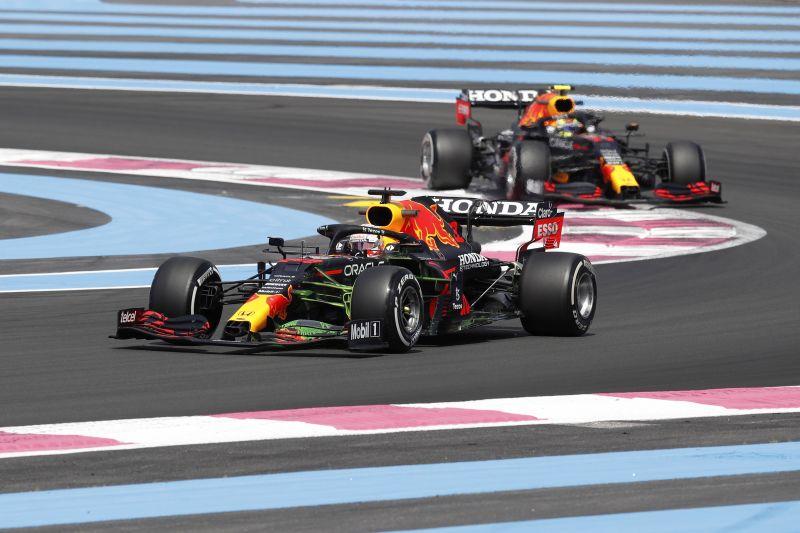 Los pilotos de Fórmula 1Red Bull Racing el holandés Max Verstappen (I) y el mexicano Sergio Pérez (R) en acción en la primera sesión de entrenamientos del Gran Premio de Fórmula Uno de Francia - circuito Paul Ricard en Le Castellet, Francia, 18 junio 2021