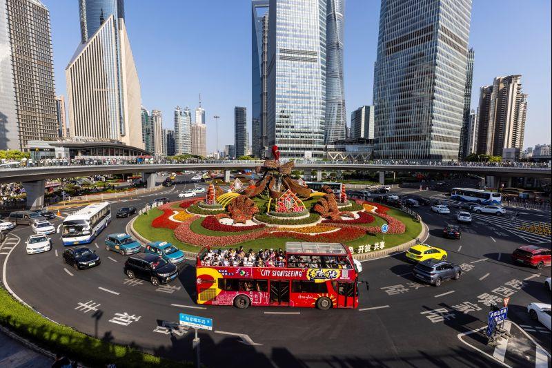 Un autobús turístico lleva a la gente a ver las atracciones durante el Día del Trabajo en Shanghái, China, el 1 de mayo de 2021.