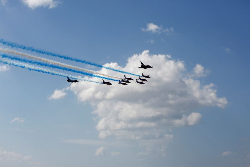 El equipo acrobático francés se despidió con una formación con colores griegos sobre la Acrópolis + 06 09 21