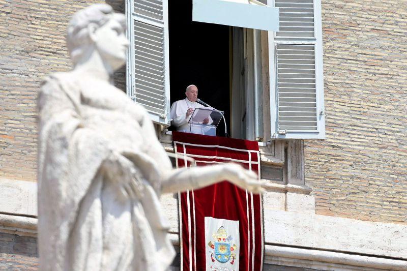 El Papa Francisco dirige su oración dominical del Ángelus desde la ventana de su oficina con vista a la Plaza de San Pedro, Ciudad del Vaticano, 13 de junio de 2021.
