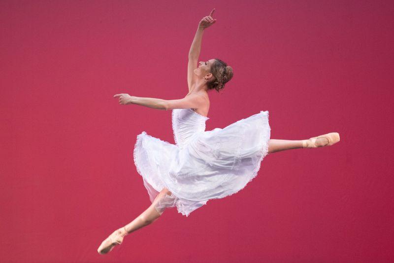 La solista senior Shana Dewey durante el ensayo general final de 'Ballet and Beyond' por Joburg Ballet en el Teatro Joburg, Johannesburgo, Sudáfrica, 08 de abril de 2021.