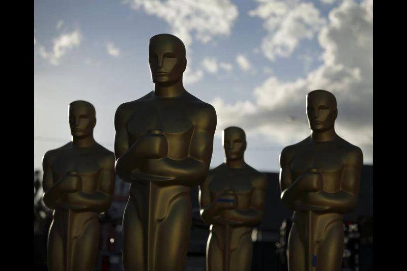 Estatuas de los Oscar durante los preparativos para la entrega de los Premios de la Academia en Hollywood.