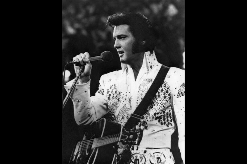 """El famoso cantante norteamericano Elvis Presley, quien durante varias décadas fue considerado """"""""El rey del rock and roll"""""""". En la imagen, en una de sus actuaciones."""