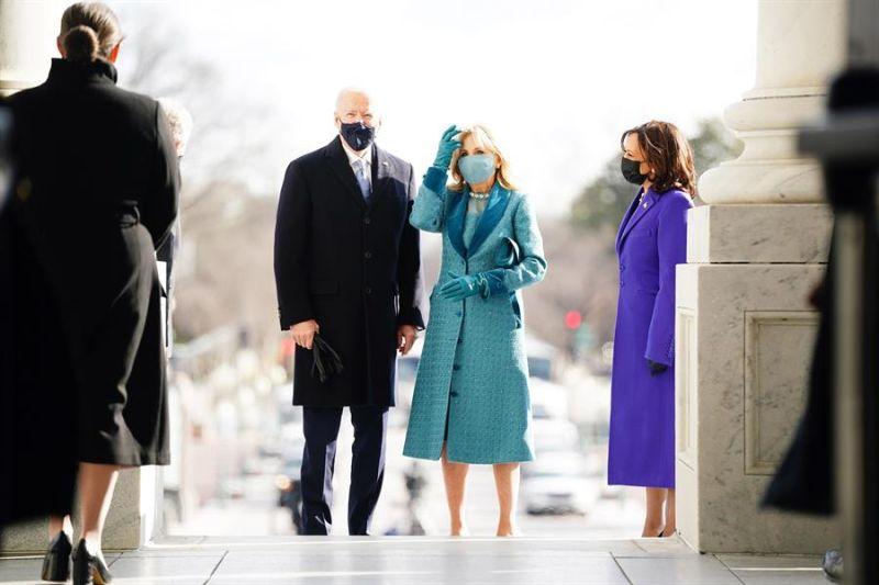El presidente electo de Estados Unidos, Joe Biden (i), su esposa Jill Biden (c) y la vicepresidenta electa Kamala Harris (d), llegan al Capitolio en Washington (EE.UU.), hoy 20 de enero de 2021.