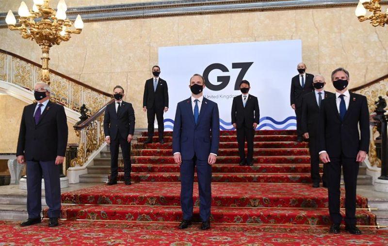 """Foto de familia de los ministros de Exteriores y de Desarrollo del G7, antes de la reunión que celebran en Londres para abordar las """"amenazas"""" internacionales a la democracia y la recuperación de la pandemia de coronavirus."""