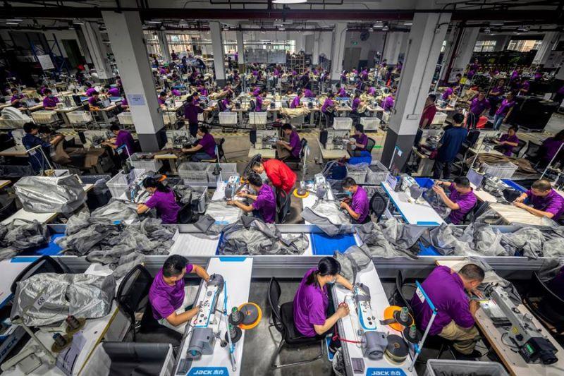 Numerosos empleados trabajan en una fábrica de productos para bebés en Dongguan (China).