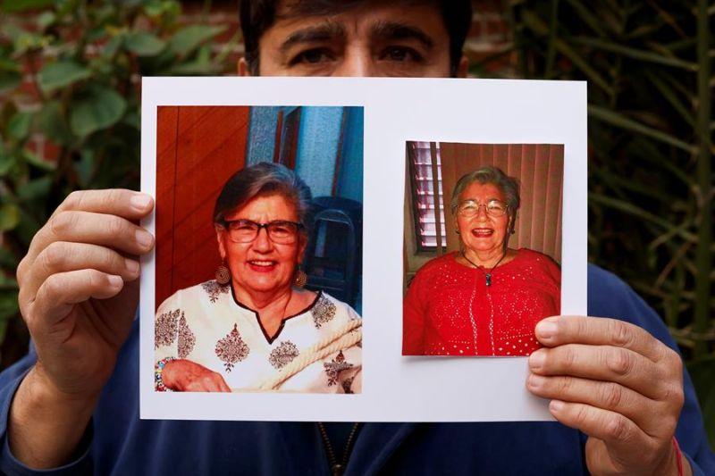 Fotografía fechada el 20 de enero de 2021, donde se observa a Jorge mientras muestra unas fotografías de su madre, Adela Alcaraz Vargas, durante una entrevista con Efe, en Ciudad de México (México).
