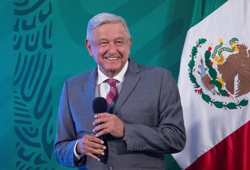 Fotografía cedida hoy por la presidencia de México, del mandatario mexicano Andrés Manuel López Obrador, durante una rueda de prensa matutina en Palacio Nacional de la Ciudad de México (México).