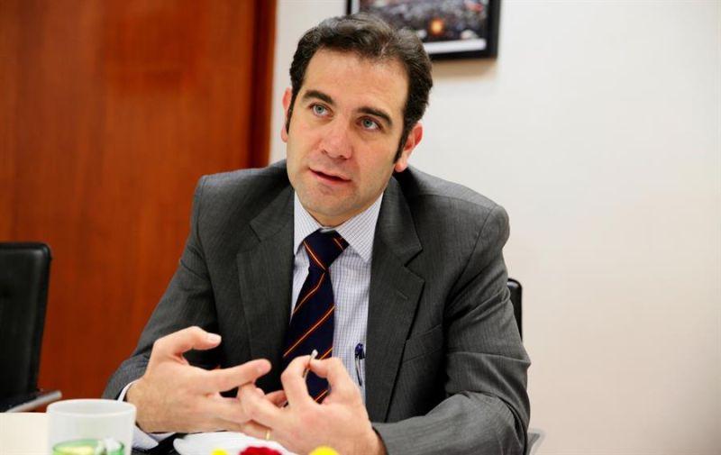 Fotografía de archivo fechada el 2 de febrero de 2018, donde se observa al Presidente del Instituto Nacional Electoral (INE) Lorenzo Córdova, durante una entrevista, en Ciudad de México (México).