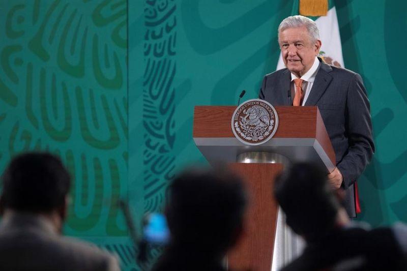 Fotografía cedida hoy por la presidencia de México, del mandatario Andrés Manuel López Obrador, durante una rueda de prensa en Palacio Nacional de la Ciudad de México (México).