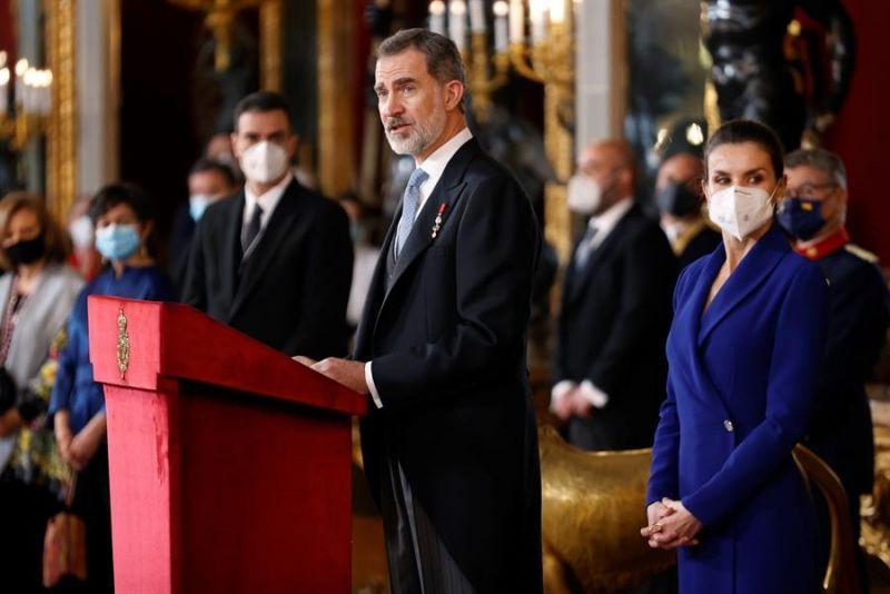 El rey Felipe VI, acompañado de la reina Letizia, preside este jueves en el Palacio Real la tradicional recepción al cuerpo diplomático acreditado en España.