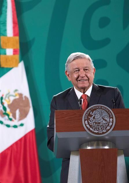 Fotografía cedida hoy por la Presidencia de México del mandatario mexicano Andrés Manuel López Obrador durante una conferencia de prensa matutina en el Palacio Nacional, en Ciudad de México (México).