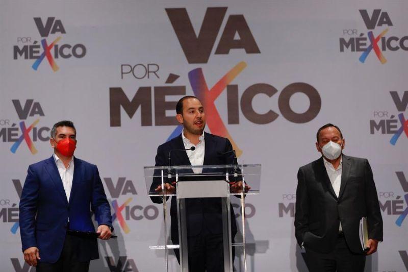 Alejandro Moreno (i), del Partido Revolucionario Institucional (PRI), Marko Cortéz (c), del Partido Acción Nacional (PAN), y del Partido Revolucionario Institucional (PRD), Jesús Zambrano (d), participan en una rueda de prensa en Ciudad de México.