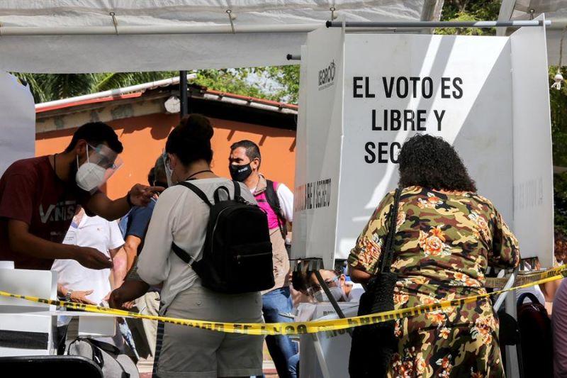 Ciudadanos mexicanos emiten su voto hoy, en un centro de votación en Puerto Morelos, estado de Quintana Roo (México).
