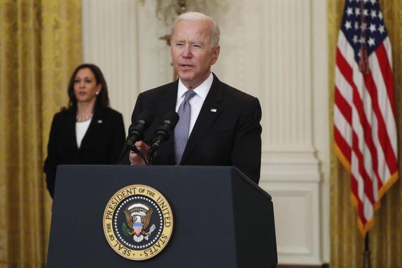 La vicepresidenta estadounidense, Kamala Harris, (izq.) escucha al presidente Joe Biden durante una rueda de prensa este 17 de mayo de 2021 en la Casa Blanca.