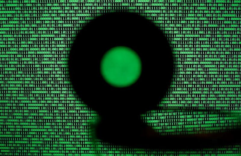 Una pantalla de computadora muestra un código binario.