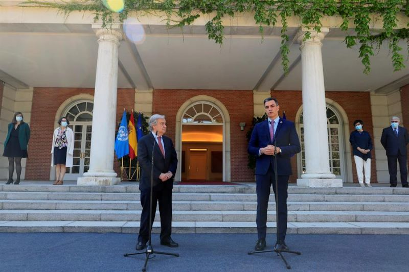 El presidente del Gobierno, Pedro Sánchez (d), pronuncia unas palabras tras recibir al secretario general de Naciones Unidas, António Guterres (i), de visita oficial en España, este viernes en Moncloa - 01 - 030721