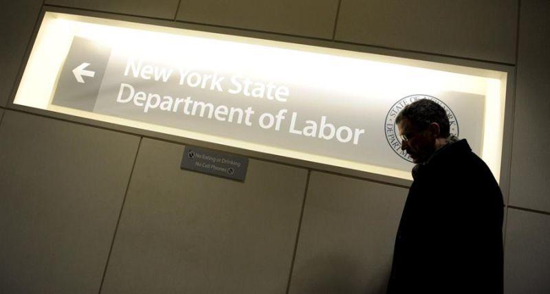 Un hombre pasa ante un letrero en una oficina del Departamento de Trabajo de Nueva York, Estados Unidos.