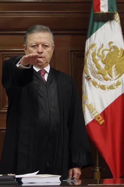 Fotografía de archivo fechada el 2 de enero de 2019 que muestra al presidente de la Suprema Corte de Justicia de la Nación, Arturo Saldívar, tomando protesta en la Ciudad de México (México).