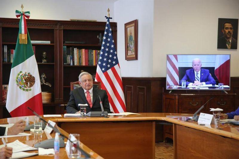 Fotografía cedida este lunes, por la Presidencia de México que muestra al presidente de México, Andrés Manuel López Obrador (i) y a su homólogo de Estados Unidos, Joe Biden (d), durante un encuentro virtual.