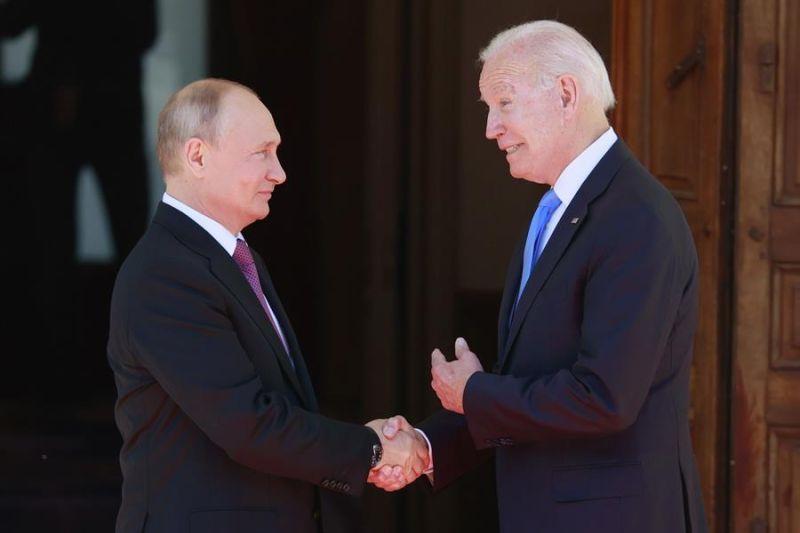 El presidente de Estados Unidos, Joe Biden, a la derecha, y el presidente de Rusia, Vladimir Putin, a la izquierda, se dan la mano a su llegada a la cumbre entre Estados Unidos y Rusia en Villa La Grange, en Ginebra, Suiza, el 16 de junio de 2021.