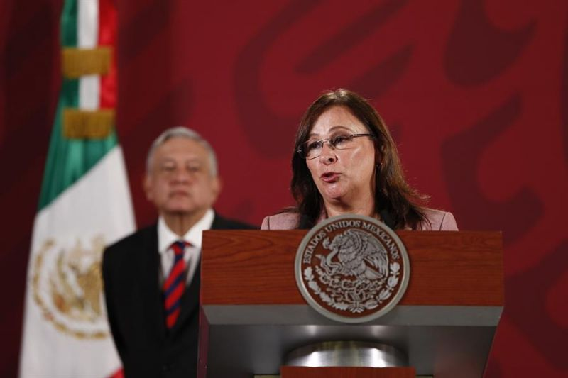 La secretaria de Energía, Rocío Nahle, junto al presidente de México, Andrés Manuel López Obrador (i), ofrece una rueda de prensa matutina en el Palacio Nacional de Ciudad de México (México).