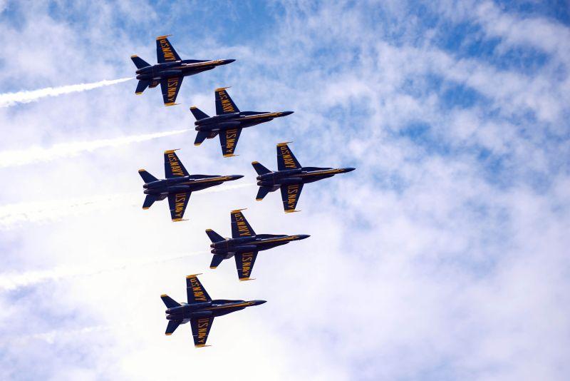 Fotografía cedida por la Marina de los Estados Unidos donde aparece un escuadrón de los Blue Angeles mientras vuela en formación delta durante un vuelo cerca de la Estación Aérea Naval de Pensacola, Florida (EEUU).