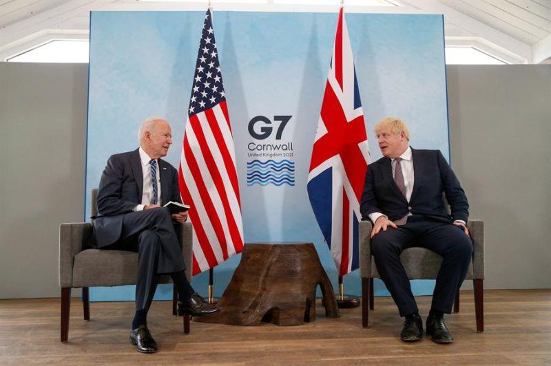 El Primer Ministro británico Boris Johnson (d) y el Presidente de EEUU Joe Biden, durante el encuentro bilateral que han celebrado hoy jueves en Carbis Bay, Reino Unido.