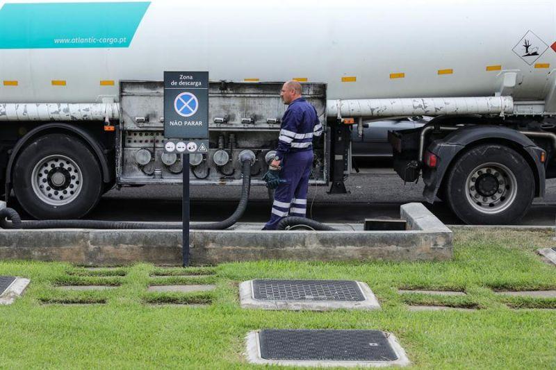 Vista de una pipa de gas abasteciendo a sus clientes en Ciudad de México, México.
