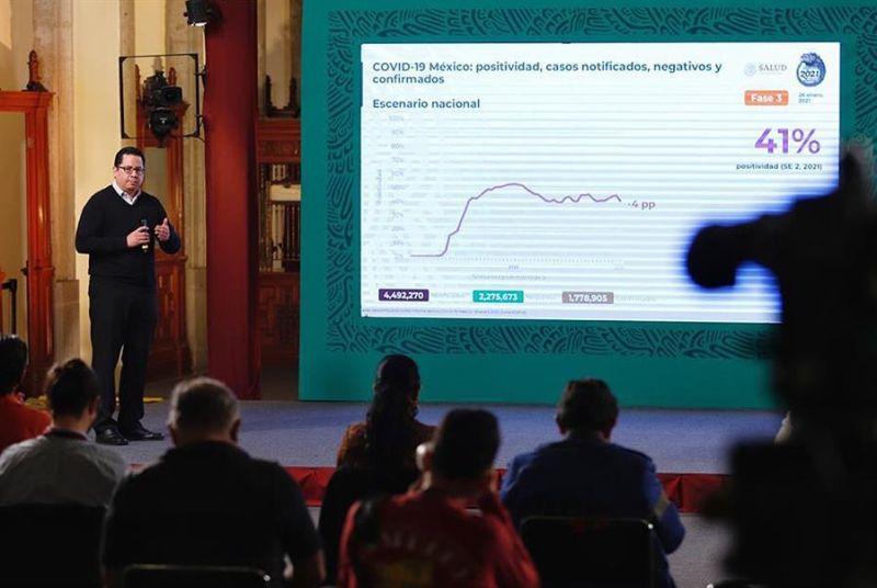 Fotografía cedida por presidencia de México que muestra al director de Epidemiología, José Luis Alomía, mientras ofrece el reporte de la Covid-19 ayer, en Ciudad de México (México).