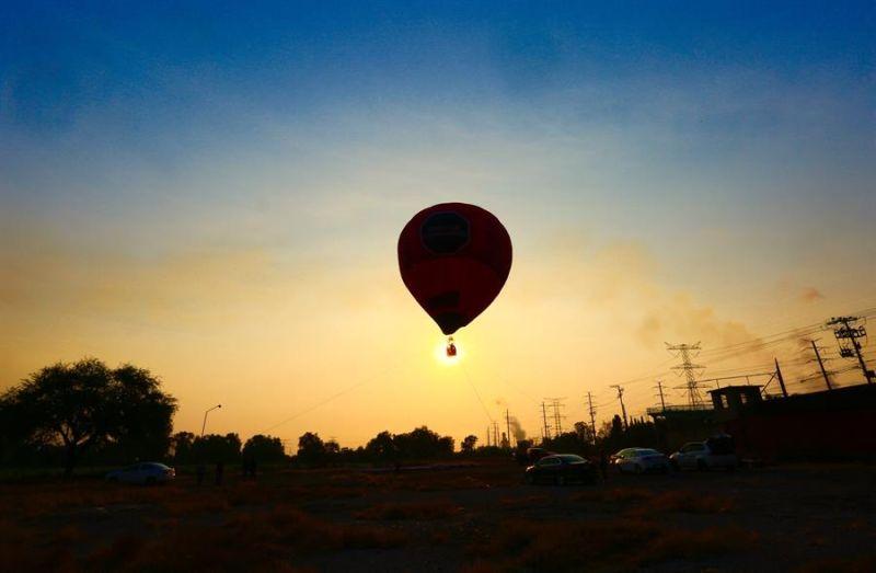 Miembros de Greenpeace vuelan hoy un globo aerostático sobre la termoeléctrica de Tula, en el estado de Hidalgo (México).
