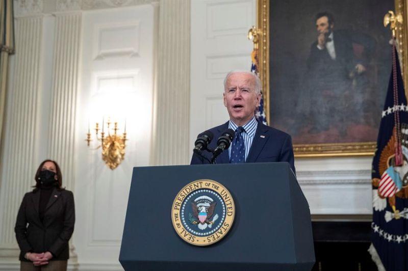 El presidente estadounidense, Joe Biden, con la vicepresidenta, Kamala Harris, habla sobre la aprobación del Senado del plan de estímulo de 1,9 billones de dólares para aliviar la devastación económica provocada por la pandemia. Washington, DC, EE.UU.