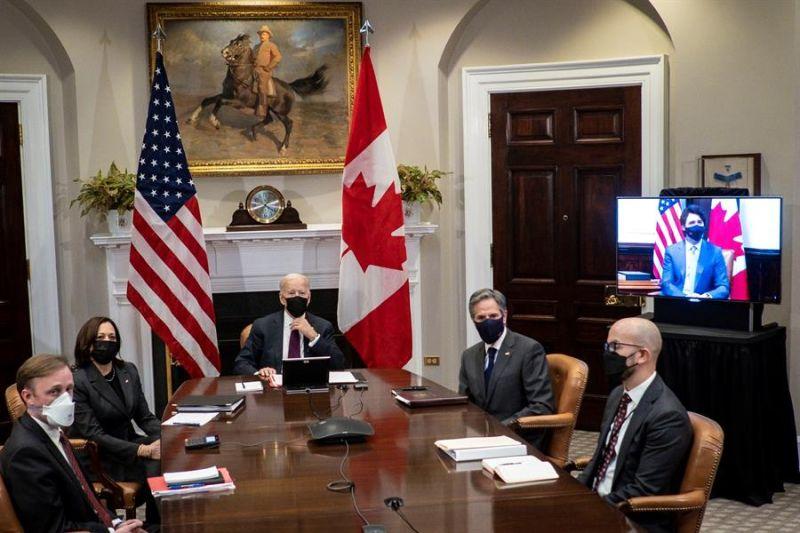 La vicepresidenta de Estados Unidos, Kamala Harris (i), el presidente, Joe Biden (c), y el secretario de estado, Tony Blinken (d), este martes, en reunión virtual con el primer ministro de Canadá, Justin Trudeau, en el salón Roosevelt de la Casa Blanca.