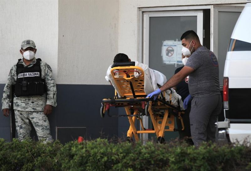 Paramédicos ingresan a una persona contagiada por la Covid-19 en el Hospital General de Ciudad Juárez, en el estado de Chihuahua (México).