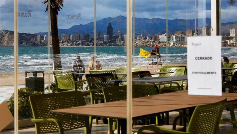 Uno de los restaurantes de la playa de Levante de Benidorm cerrado por las restricciones por covid.