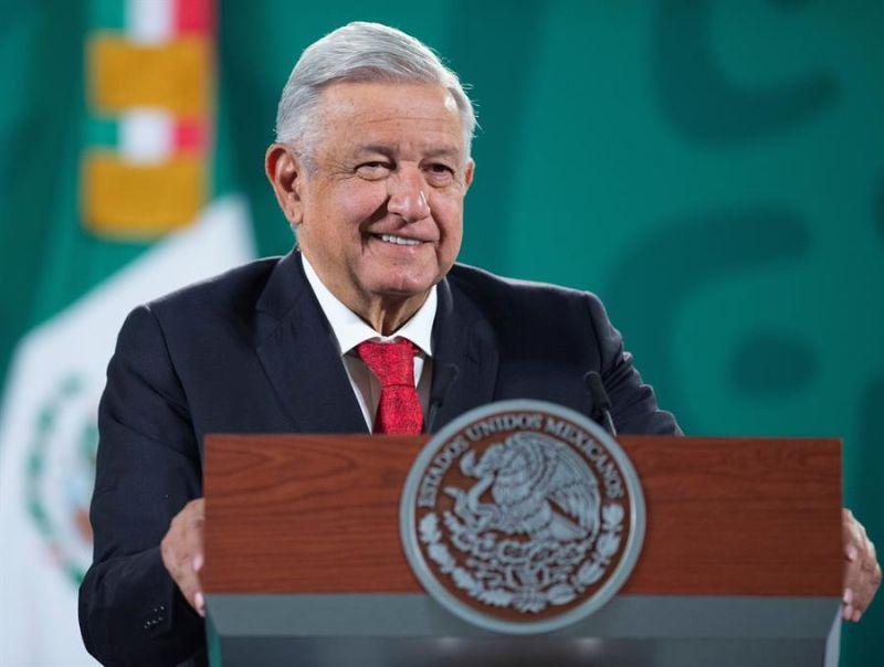 Fotografía cedida hoy, por la presidencia de México, del mandatario mexicano, Andrés Manuel López Obrador, durante una rueda de prensa matutina, en Palacio Nacional de la Ciudad de México (México).