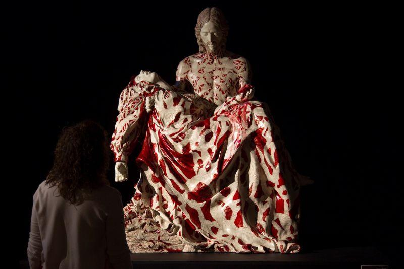 """Una visitante observa """"La Piedad invertida"""" o """"La madre Muerta"""", de la artista Marina Vargas, una de las obras expuestas en La Iberoamericana de Toro (Zamora), este viernes."""