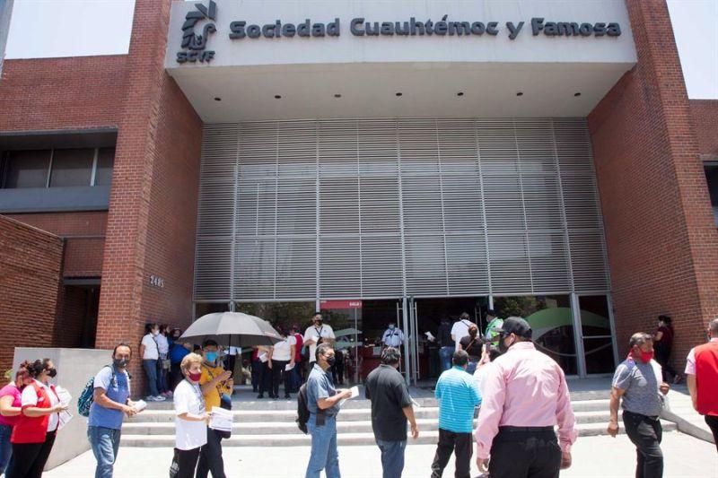 Empleados de la cervecera Heineken México, y personas en general, acuden este jueves a aplicarse la vacuna contra la covid-19, en la ciudad de Monterrey, en el estado de Nuevo León (México).