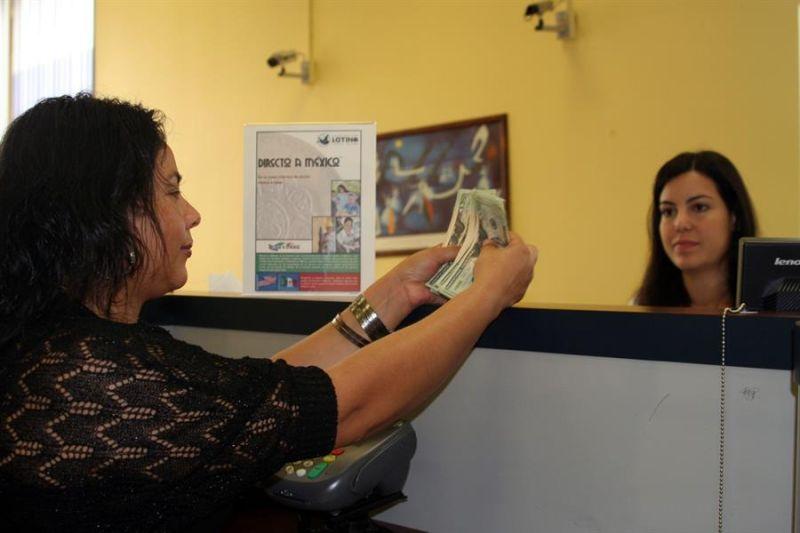 Imagen de archivo de una mujer enviando dinero a México en la Cooperativa Latina de Crédito (LCCU) en Charlotte, Carolina del Norte.