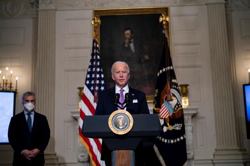 El presidente de EE.UU., Joe Biden, habla este 26 de enero de 2021, desde la Casa Blanca, en Washington.